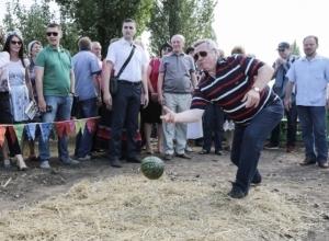 Губернатор Ростовской области сыграл в боулинг арбузом