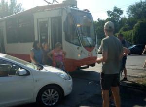 В Таганроге автоледи не заметила трамвай и попала в ДТП