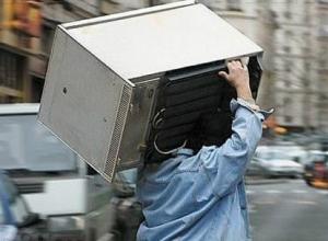 Молодой мужчина съехал со съемной квартиры вместе с хозяйской бытовой техникой в Таганроге