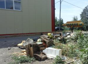 Свалки с мусором заполонили город, включая  спортивные комплексы