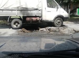 В Таганроге под газелью обвалилась земля и заблокировала выезд