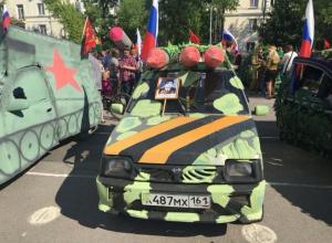 В Таганроге прошла выставка автомобилей, оформленных ко Дню Победы