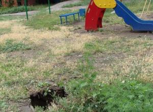 В Таганроге дети вынуждены играть между провалами с кипятком