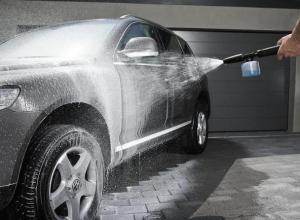 На таганрогской автомойке вместо грязи смыли краску с капота