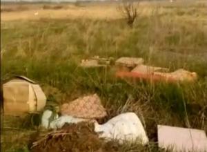 Строительный мусор выбросили в поле под Таганрогом