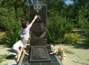 Дети из детского сада №71 не забывают, что они - шефы над памятником воинам