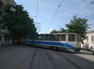 Трамвай сошел с рельс и перегородил улицу Фрунзе в Таганроге