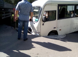 В Таганроге под землю ушла маршрутка