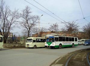 Перебегавшая дорогу женщина попала под колеса пассажирского автобуса в Таганроге