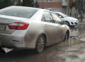 Иномарка попала в дорожный «капкан» на улице Пальмиро Тольятти в Таганроге