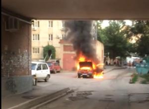В Таганроге автоледи едва успела выбежать из горящей машины