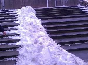 Дворники Нового вокзала заставили инвалидов-колясочников скакать по ступенькам