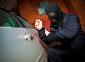 Обнаглевший угонщик угнал ночевавший под окнами у хозяина автомобиль в Таганроге