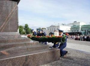 Первые лица Таганрога возложили цветы к воинским захоронениям