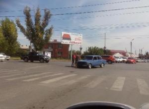 На злополучном перекрестке мопедист угодил под колеса легковушки