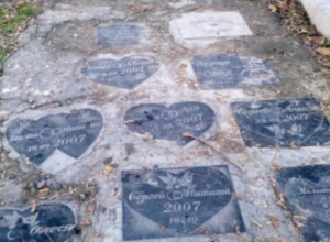 Туристы, приезжающие в Таганрог удивлены «могильным холмикам» у памятника Петру I