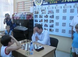 Юный таганрожец сыграл вничью партию в шахматы с Аркадием Дворковичем