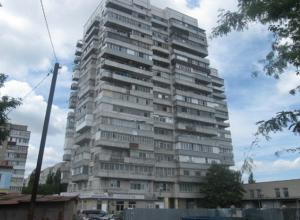 Из квартиры семнадцатиэтажного дома на Ломоносова упал человек в Таганроге