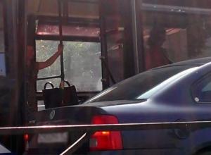 В Таганроге автолюбитель набросился на водителя троллейбуса с битой