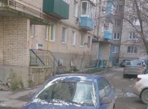 Таганрожцы наказали водителя легковушки за неправильную парковку