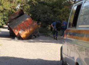 В Таганроге из-за коллектора под землю провалился мусоровоз
