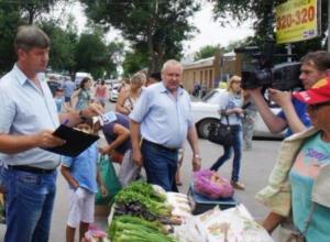 В Таганроге бабушек-зеленушек загоняют на территорию рынков
