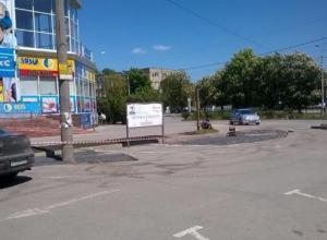 Предприниматели- добровольцы ремонтируют асфальт в Таганроге за свой счет