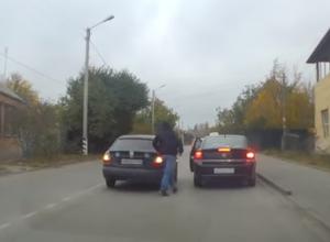 Обычный водитель и таксист устроили разборки посреди дороги в Таганроге