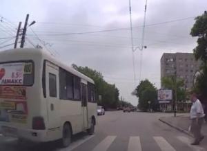 Неуважение водителя маршрутки к пешеходу в Таганроге попало на камеру видеорегистратора