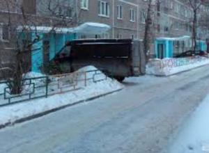 Водитель маршрутного такси в Таганроге держит в страхе двор многоэтажки