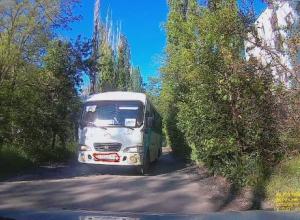 Водитель маршрутки, идущий на таран встречных автомобилей, удивил водителей