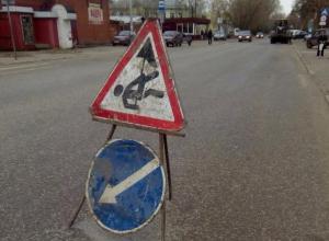 На смену неказистым лежачим полицейским в Таганроге пришли лежачие дорожные рабочие