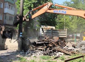 На радость жителям в Таганроге снесли опасный аварийный сарай