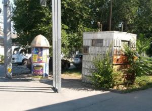 Никчемная  будка милиционера украшает  подходы к  музею «Лавка Чеховых» в Таганроге