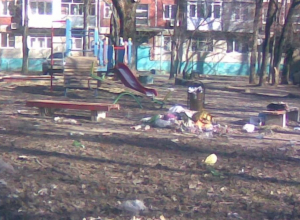 Детская площадка в Таганроге заросла мусором