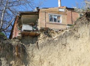 Местные жители с улицы Ломакина в Таганроге рискуют жизнью из-за обвалившегося оврага