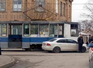 В Таганроге иномарка столкнулась с трамваем