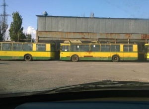 Любопытный депутат не понял, кому  в Таганроге привезли потрепанные жизнью троллейбусы