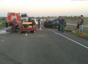 Два выехавших на встречку водителя устроили жуткое ДТП на трассе под Таганрогом
