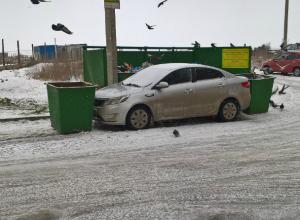 Автомобиль автохама  замуровали мусорными контейнерами в Таганроге