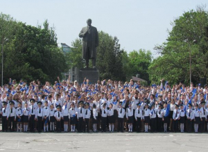 В Таганроге более 2 000 учащихся закружились в  «Вальсе Победы»