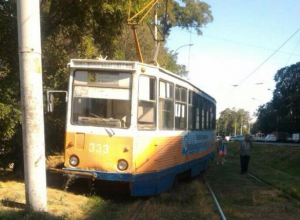В Таганроге трамвай сошел с рельс и остановился в метре от столба