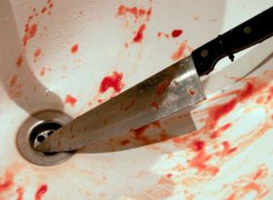 Пьяная таганроженка  порезала ножом своего 21-летнего кавалера