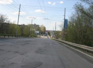 На Бакинском мосту в Таганроге  дорожники надумали ремонт полотна