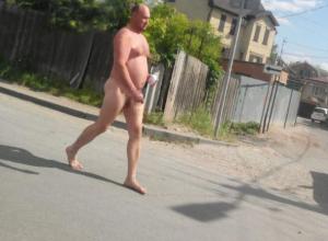 А король-то голый: на улицах Таганрога заметили странного мужчину