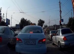 Недобросовестные таганрогские автолюбители выстраиваются в очередь для оформления протоколов