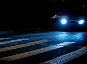 Такси «Курьер» чуть не сбило девочку на пешеходном переходе в Таганроге