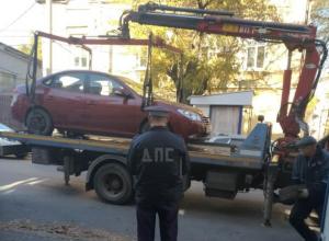 Очередного нарушителя парковки эвакуировали с тротуара в центре Таганрога