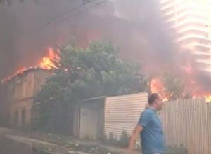 Донские пожарные не могут справится с мощным пожаром в Ростове-на-Дону