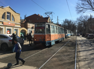 В Таганроге 12 трамваев ожидали, когда автоледи  освободит им путь